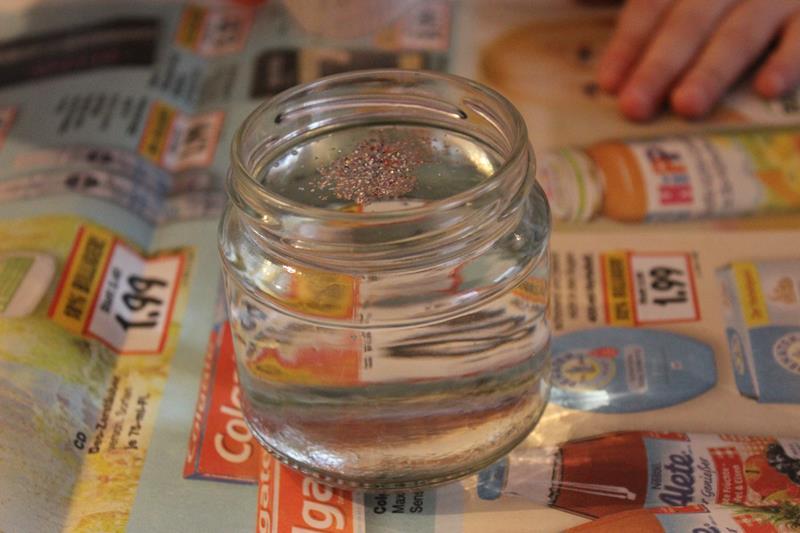 Glitzer in destilliertes Wasser